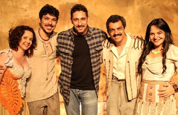 """Tuca, diretor, e o elenco da peça """"Nordestinos"""". Foto: Reprodução"""